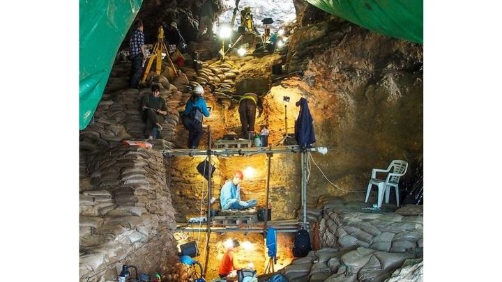 Археологи обнаружили в ряде пещер каменные артефакты и фрагменты предметов быта, а также останки древних людей.