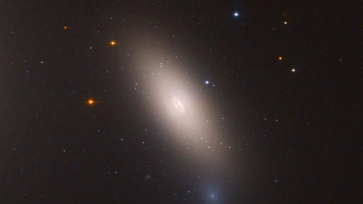 """Изображение """"законсервированной"""" галактики NGC 1277, полученное с помощью """"Хаббла""""."""