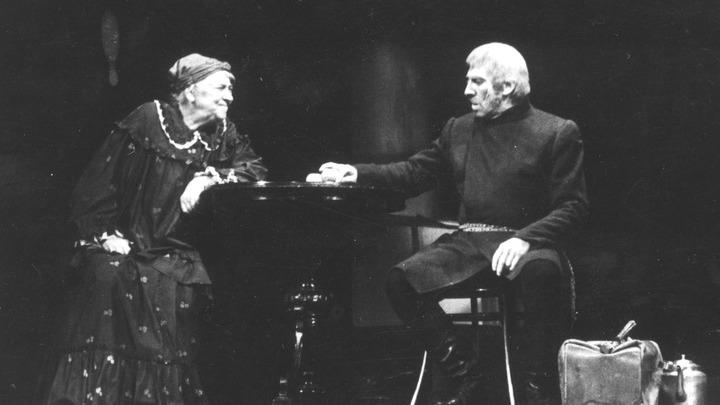 А так было много, много лет назад… Сцена из спектакля «Правда-хорошо, а счастье лучше» с Раневской и Юрским. Архив театра имени Моссовета.