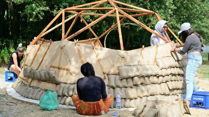 Мешочки набиваются высушенной травой вручную. Затем их нужно закрепить на стенах будущего сооружения.