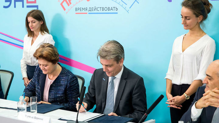 """Представители """"Эндокринологического научного центра"""" Министерства здравоохранения России подписали соглашение о сотрудничестве с компанией """"Мерк""""."""
