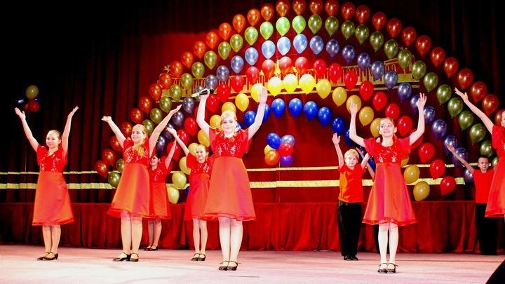 "Артисты  театра-песни ""Цветофор"" на сцене. Фото предоставлено руководством театра-песни."