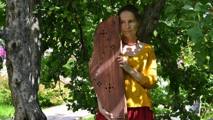 Ирина Пыжьянова со своим инструментом (гусли звончатые), Фото предоставлено Ириной Пыжьяновой