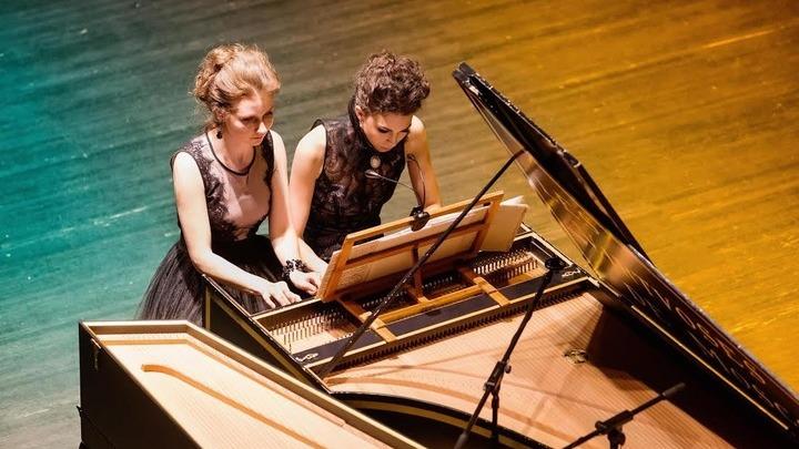 Анна Кискачи и Анастасия Антоноваза клавесином. Фото предоставлено Анной Кискачи и Анастасией Антоновой