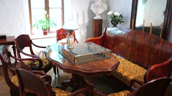 Хамовники. Шахматный столик для «баталий» Толстого и его гостей: тут же проигравшие читали свои рукописи. Фото Леонида Варебруса