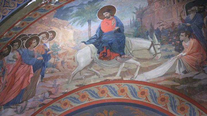 Фреска «Вход Господень в Иерусалим» над воротами верхнего храма. Мастер Джакомо Лолли, Болонья, 1902-1903 годы. Фото Леонида Варебруса