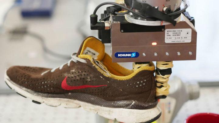 Система справляется с распознаванием составных частей предметов и помогает роботу, например, ухватить кроссовку именно за задник.
