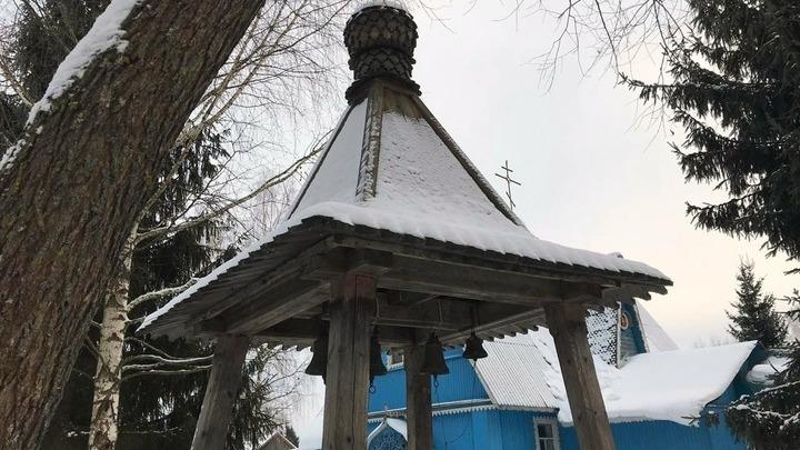 Временная колокольня и Крестостовоздвиженская церковь. Фото Леонида Варебруса