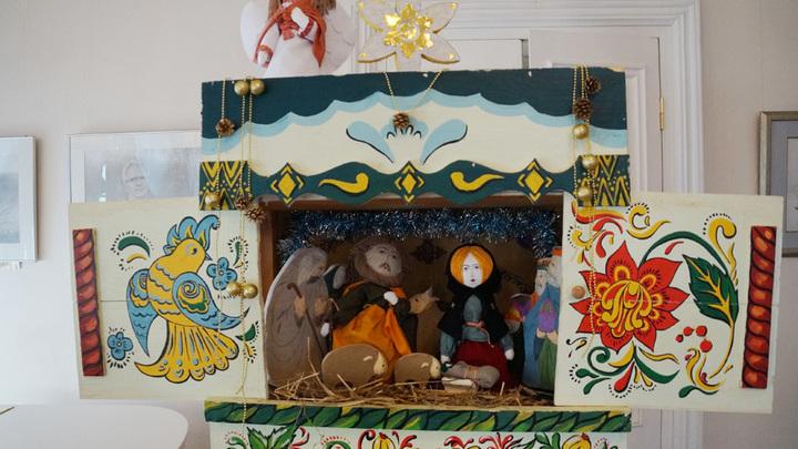 Рождественский вертеп и игрушки для представления от друзей праздника из соседнего Воскресенского района.