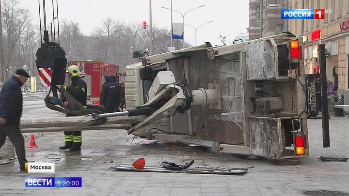 Падение подъемника в центре Москвы: перегородившую конструкцию распилили
