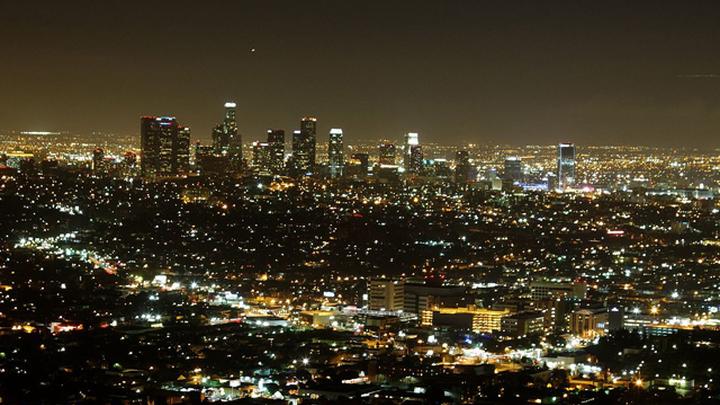 Вид ночного Лос-Анджелеса с высоты обсерватории Гриффита (by KimonBerlin - https://www.flickr.com/photos/kimon/5435554460/, CC BY-SA 2.0, https://commons.wikimedia.org/w/index.php?curid=57587158)