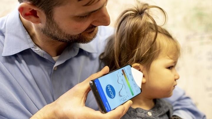 Соавтор работы доктор Рэндалл Блай (Randall Bly), практикующий врач детской больницы Сиэтла, использует приложение и бумажную воронку для проверки состояния ушей своей дочери.