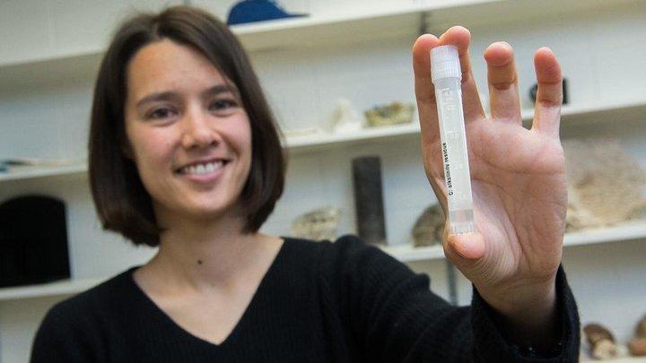 Клара Блэттер держит образец воды возрастом около 20 тысяч лет.