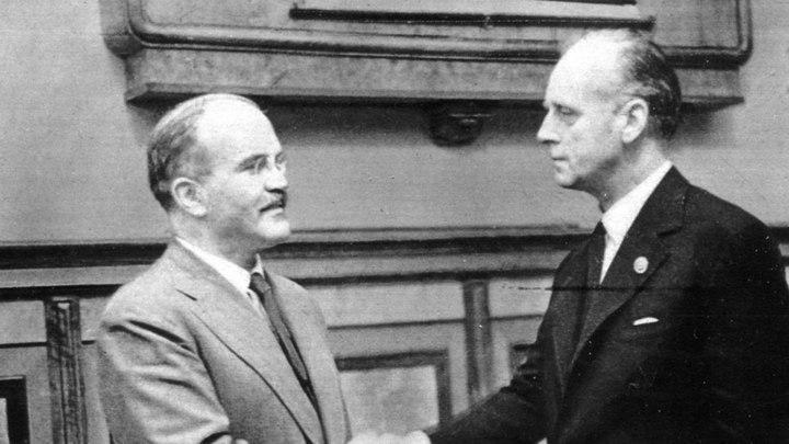 Молотов и Риббентроп после подписания договора / фонд ЦГАКФД