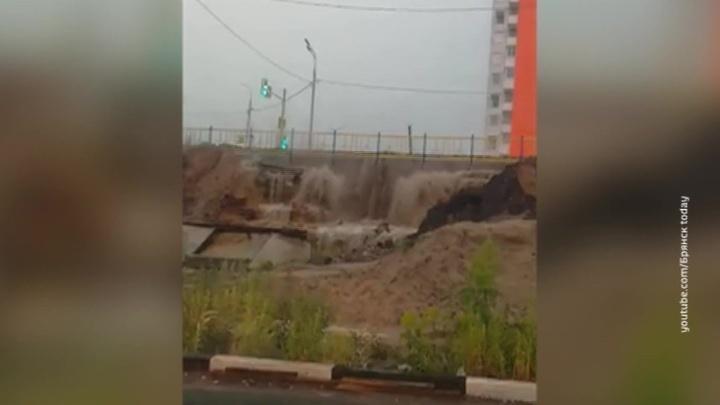 Ливень с градом в Брянске: размыты дороги и дамба