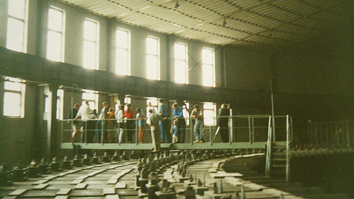 Экскурсанты в зале 10 ГэВ синхрофазотрона ОИЯИ. Автор фото: Eto shorcy