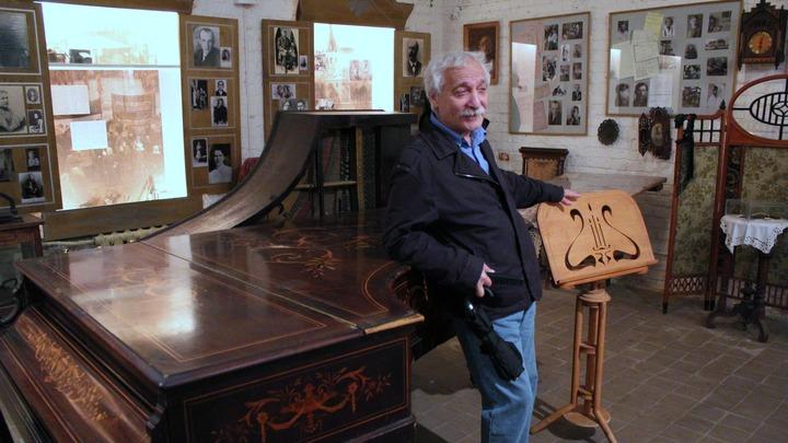 У рояля Анастасии Цветаевой – Лев Готгельф, директор музея сестер Цветаевых, Александров.