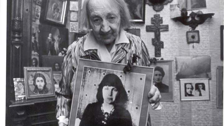 Анастасия Цветаева с портретом сестры, Марины. Из фонда музея М.Цветаевой, Москва.