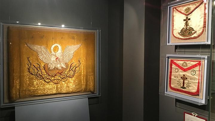 В хранилище масонской коллекции. Справа – запоны(фартуки) розенкрейцеров. Фото Леонида Варебруса