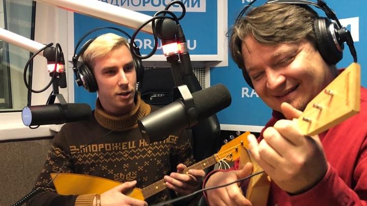 """Балалайкер Даня Воронков и продюсеро Павел Коротков в студии """"Радио России"""""""