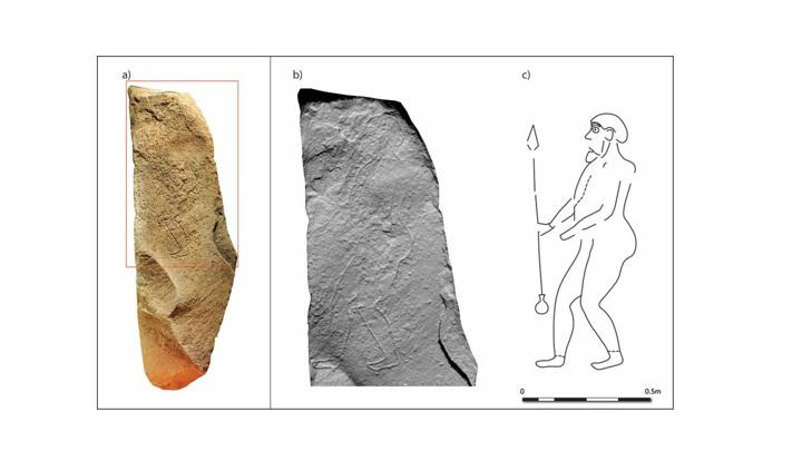 На камне изображен древний воин с копьём в руках.
