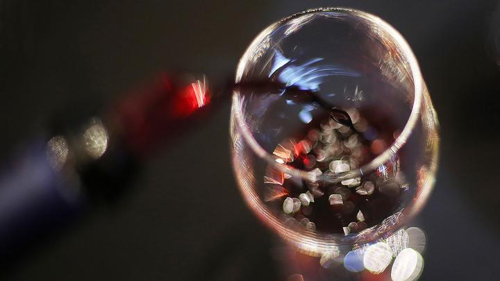 Тревожная статистика: в России резко сократился выпуск водки, коньяка и шампанского