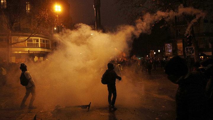 В парижских полицейских полетели бутылки и дымовые шашки