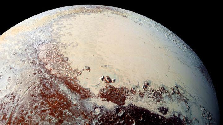 Изображение поверхности Плутона в высоком разрешении. Ровная белая область √ плато Спутник, покрытое слоем льда из азота, метана и окиси углерода