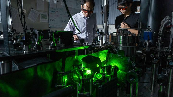 """Самая быстрая вращающаяся """"гантель"""" в мире поможет в изучении квантовой механики"""