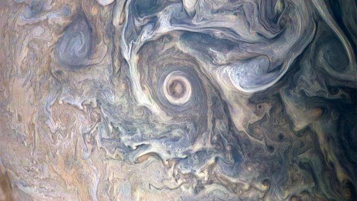 Juno показал замысловатый облачный пейзаж Юпитера