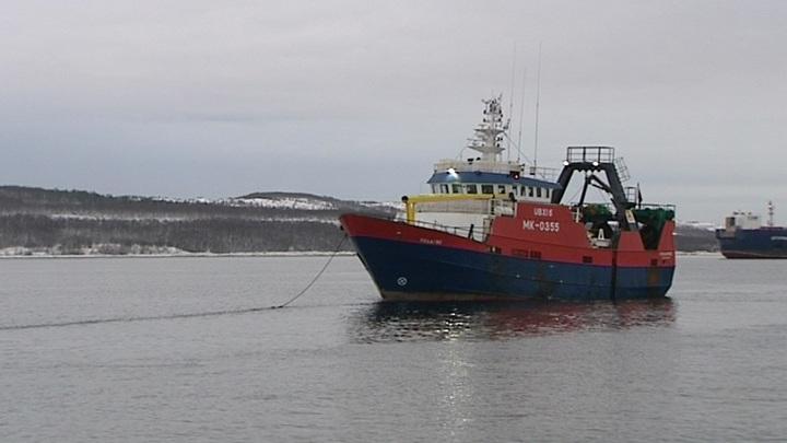 Траулер с отказавшим двигателем терпит бедствие в Баренцевом море