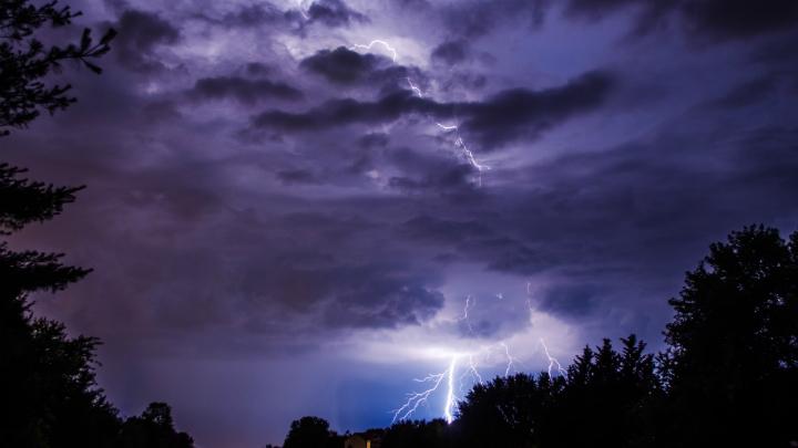 Для того чтобы провести исследования внутри штормового облака, исследователи используют самолёты и воздушные шары