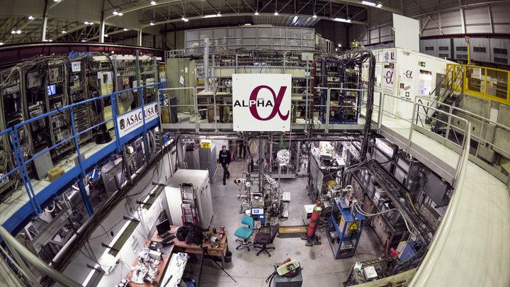 Физики впервые измерили оптический спектр антиматерии