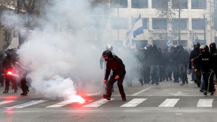 """Недовольных """"намордниками"""" разогнали газом в центре Афин"""