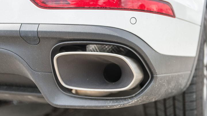 700 тысяч за парковку: в Москве арестовали Porsche Cayenne за неуплату штрафов