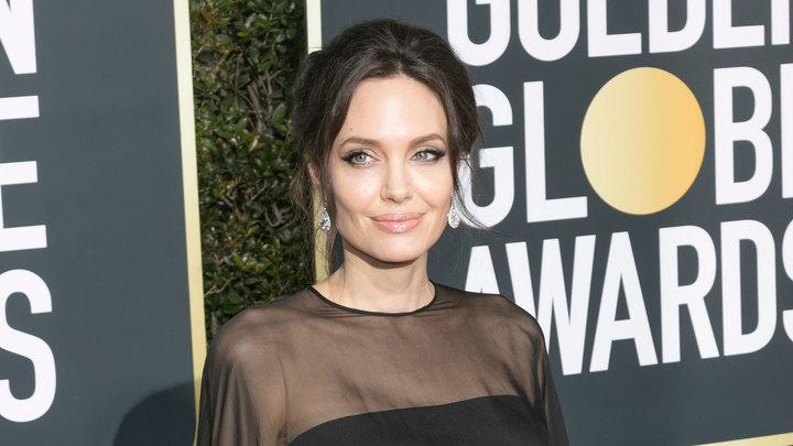 Анджелина Джоли продала картину Черчилля, подаренную Брэдом Питтом