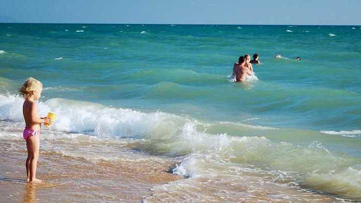 Власти Анапы временно запретили купаться на всех пляжах города