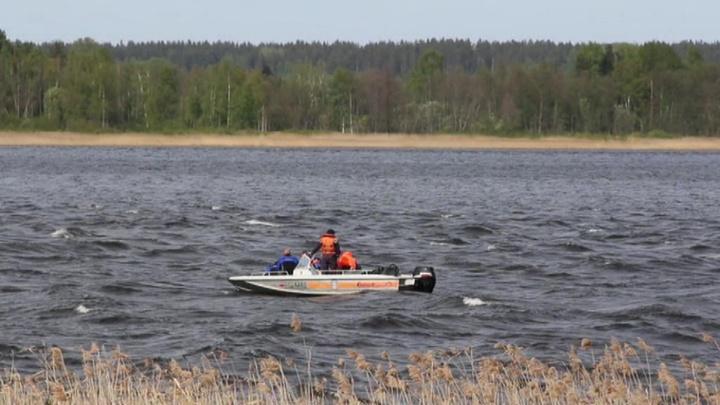 На озере в Вологодской области затонул катер, семь человек спаслись