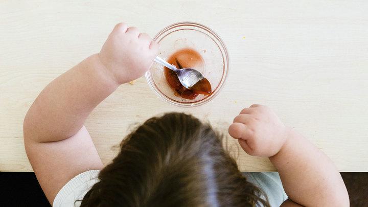 Ожирение становится проблемой: эксперт рассказал, как отвадить детей от сладкого