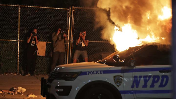 Водитель метнул в нью-йоркских полицейских бутылку с горючкой