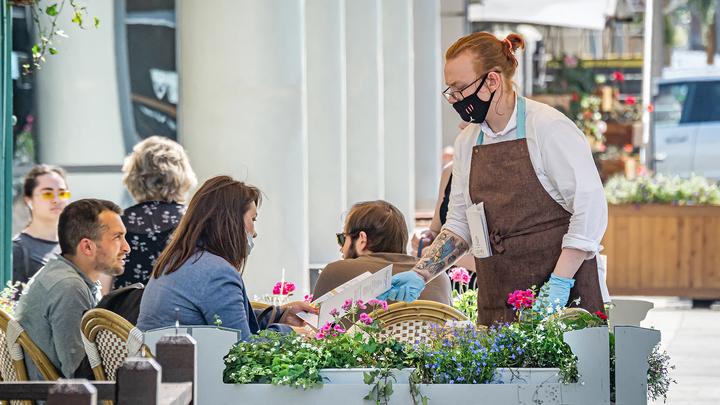Власти разъяснили, касается ли отмена перчаток работников московских кафе