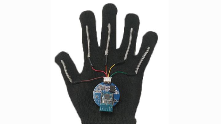 Новая лёгкая и гибкая беспроводная перчатка обеспечивает перевод с жестового языка в реальном времени.