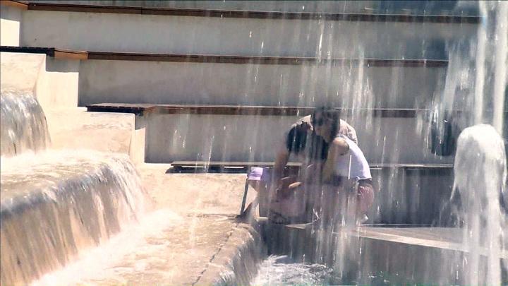 Жара лето фонтан люди