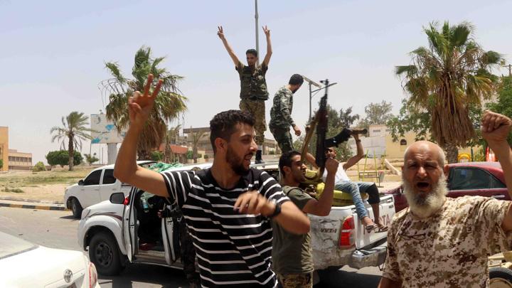 Троих россиян освободили в Ливии и отправили домой