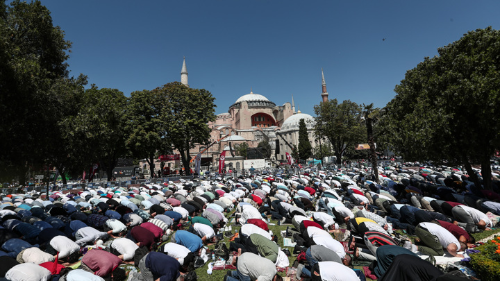 Турция и Греция обменялись любезностями после намаза в соборе