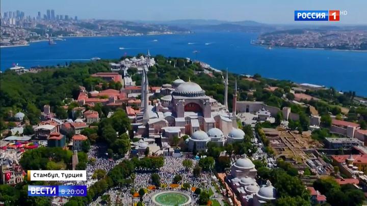 Православные иконы закрыли шторами: мусульманская молитва в соборе Святой Софии продлится сутки