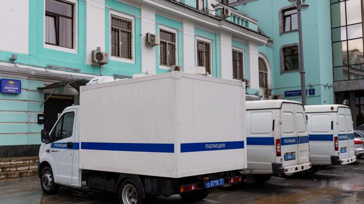 В Москве мужчина ударил сотрудника ДПС и натравил на него двух собак