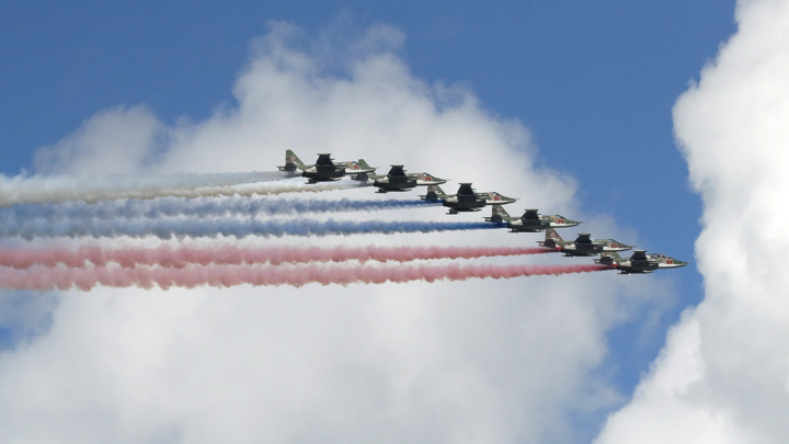Небо над Санкт-Петербургом окрасилось в цвета российского триколора