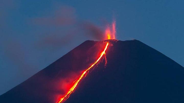 Фотограф запечатлел извержение вулкана на Камчатке