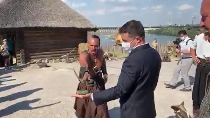Президент Зеленский позабавился трюком с огурцом во время встречи с казаками